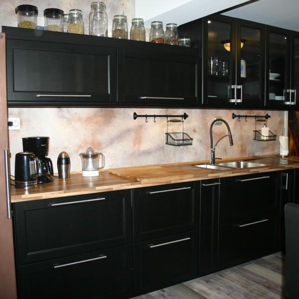 """fugefritt kjøkken med dekorsparkel """"gammel landsteds stil"""" og kjøleskap malt med ekte metall-maling"""