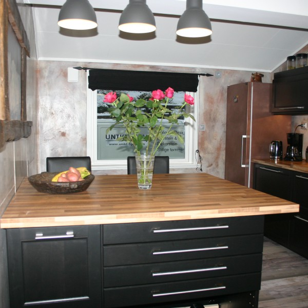 fugefritt kjøkken med dekorsparkel og betong-look og kjøleskap malt med ekte metall-maling