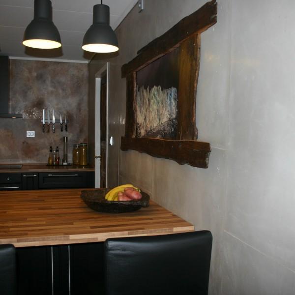 fugefritt kjøkken med dekorsparkel og betong-look med forskalingskanter