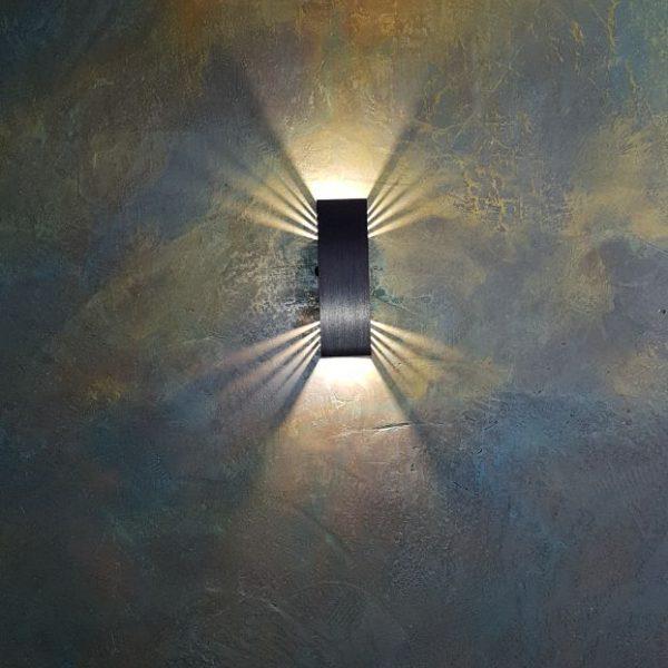 dekorsparkel smaragd-gull på antrasitt i fin belysning